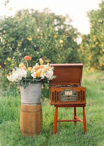 vintage record player....MUST have one of these!!  I loooove the way old records sound