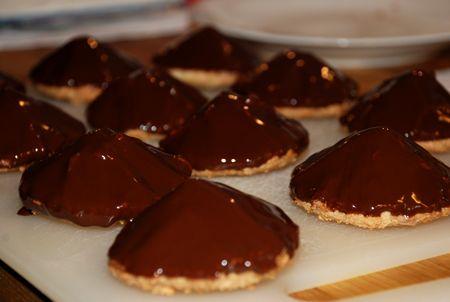 Helgfika! Chokladbiskvier är inte alls svåra att göra faktiskt, testa!! Detta recept (som kommer från Allt Om Mat) ger ca 12 st. bottnar: 275 g mandelmassa 1 äggvita fyllning: 50 g mörk choklad (te…