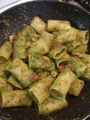 a.c: Paccheri rigati di Gragnano con pesto di rucola,pomodorini, noci e gamberetti