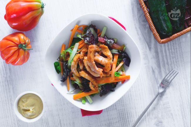 Un'insalata davvero gustosa: l'insalata di pollo croccante con vinaigrette! Verdure croccanti, pollo fritto e vinaigrette. Impossibile resistere!