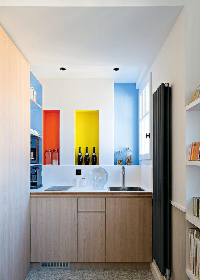 Une petite cuisine aux notes colorées dans un studio sous les toits
