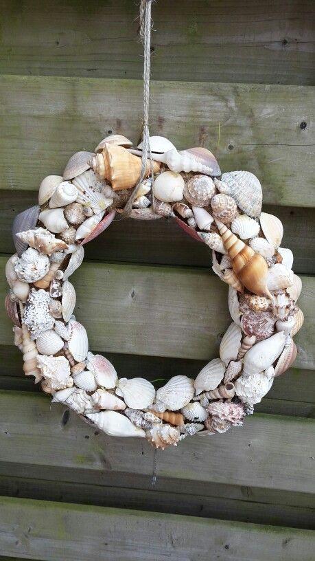 Krans beplakt met schelpen