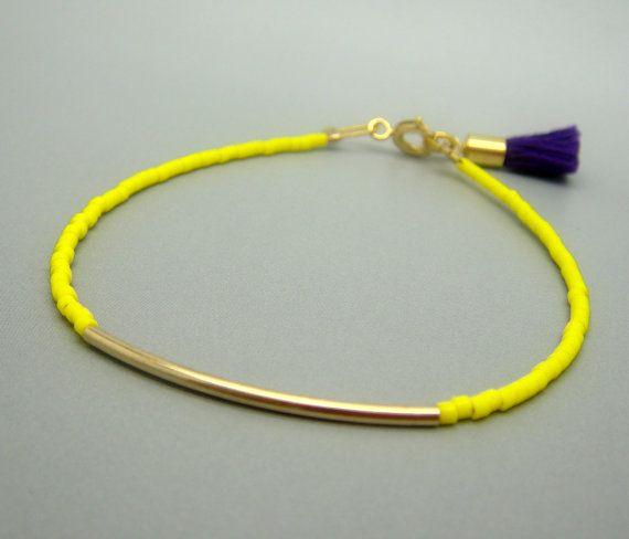 Bracelet de perles jaune néon w / minuscule Bar & pourpre Tassel - amitié Bracelet or - Bracelet jonc (disponible aussi avec la barre d'argent)