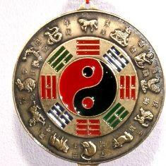 """Een legende over de twaalf tekens van de Chinese dierenriem is dat de twaalf dieren afscheid kwamen nemen van Amitabha Boeddha toen hij naar de hemel opsteeg. Om hun aanwezigheid bij zijn opstijgen naar de hemel te gedenken kende Boeddha aan elk dier een jaar toe. Sindsdien zijn deze twaalf dieren de symbolen van de zogenoemde """"twaalf aardse takken"""" van het Ganzhi systeem en zijn ze universeel erkend als essentieel onderdeel van de Chinese kalender."""