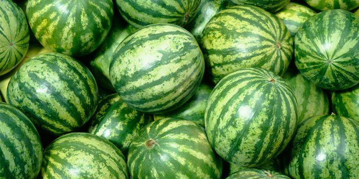 Een watermeloen in stukken snijden kan best een lastig klusje zijn. Omdat-ie zo groot, glibberig en dus nieterg handzaam is,…