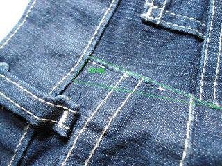 Aumentando a lateral de uma calça jeans. Aumentando 3 cm na lateral de uma calça jeans a partir dos quadris, usando uma fita decorada, mantendo o mesmo cós.