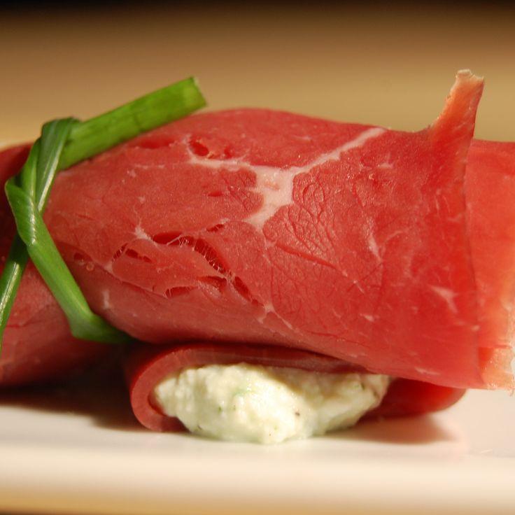Брезаола - вяленая говядина идеальный вариант для мясных рулетиков, в качестве начинки можно использовать моцареллу, дыню или спаржу. вялим.рф