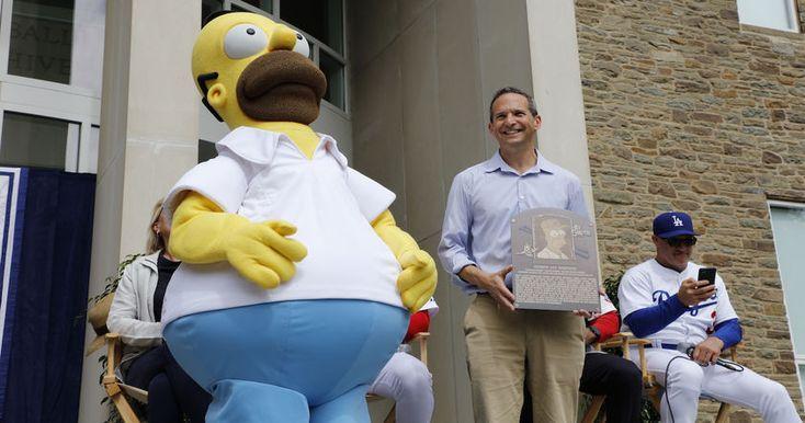 Гомер Симпсон, герой сериала «Симпсоны», в воскресенье был включен в Зал бейсбольной славы. Церемония состоялась в Нью-Йорке.