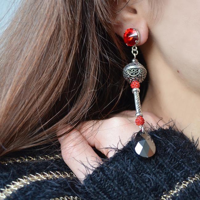 Eleganti e unici, gli orecchini di Onirica Jewelry rendono femminile e sensuale ogni donna. Da indossare preferibilmente con un outfit semplici, minimal e basic, si adattano a qualsiasi tipo di viso, makeup e abito. Da indossare preferibilmente di sera: per un cocktail, un aperitivo, una cena o per un'uscita serale; jolly per occasioni sia formali ... @Anna Bossa #madeinitaly