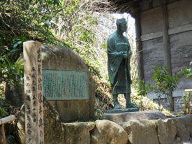 右隣は芭蕉が見た金色堂を覆っていた旧覆堂。芭蕉・曽良と奥の細道観光コース