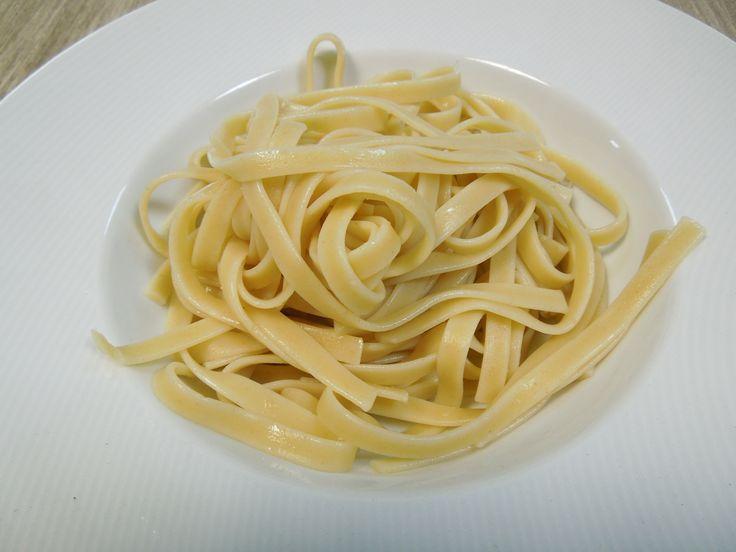 La pasta es un platillo delicioso en cualquiera de sus diferentes recetas. Pero si la pasta no se cocina apropiadamente, puede sobrecoserse, volverse pegajosa o romperse, por lo que tus platillos perderían sabor y textura. Sigue este paso a paso para saber cómo cocinar pasta correctamente.