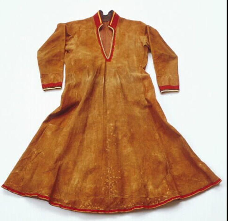 Lulesamisk skinnkolt till kvinna av barkgarvat renskinn, Vaisaluokta. Sydd av Stina Kuoljok på 1940-talet.