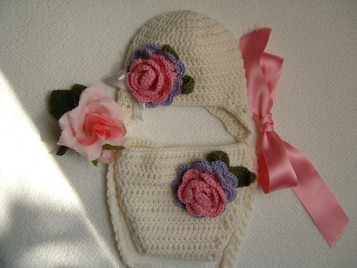 Cappellino con le trecce e copri-pannolino per bebè eseguiti a mano all'uncinetto in pura lana bianca : Moda bebè di i-pizzi-di-anto