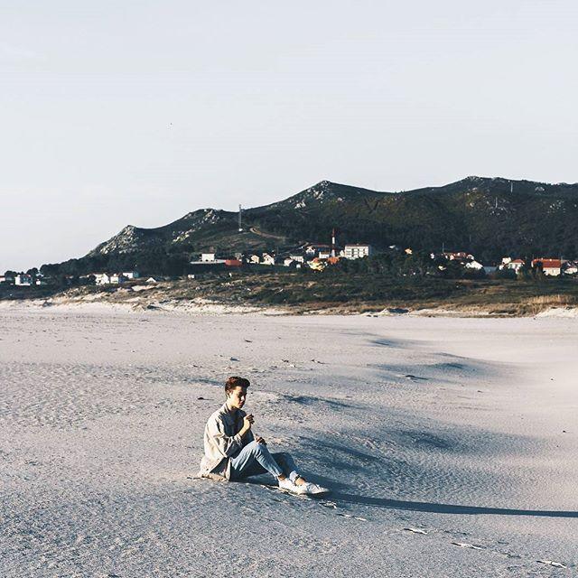 90' Lookbook ••• Ya en el blog un post con un lookbook ideal para ir a dar un paseo o para ir a hacer unas fotos a la playa.  Inspirado en los años 90 donde se utilizaban los pantalones vaqueros y prendas basicas.  Añado por encima una chaqueta de un color ocre claro recién sacada de esa temporada,  una chaqueta vintage y recuperada para volverla a utilizar de nuevo!! Link en la bio 😝😝 #bakealvarolooks