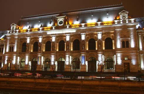 Palatul de Justiţie din Bucureşti este construit în stilul arhitectural al Renaşterii franceze şi este una dintre clădirile ce trebuie vizitate în capitală. Cele 6 statui alegorice, reprezentând diversele elemente ale domeniului de justiţie, sunt simbolice pentru palat şi îl fac uşor de recunoscut din exterior.