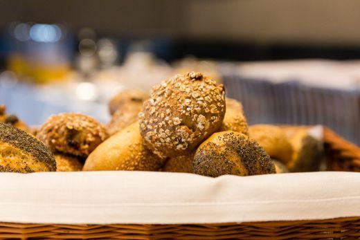 Im Design-Hotel an der Alster stilvoll den Tag beginnen: Zum Frühstück mit Bio-Brötchen