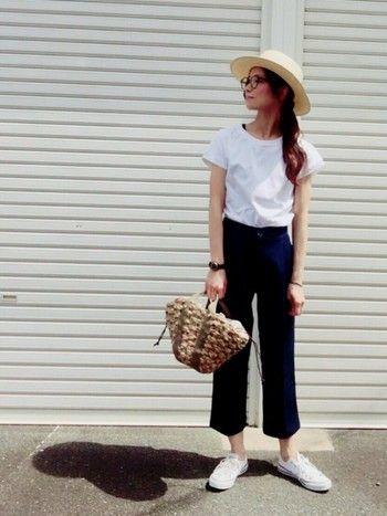 こちらもシンプルな白Tシャツとデニムのコーデにカゴバッグと夏らしいカンカン帽を合わせたコーディネート。メガネや時計などの小物がアクセントに◎