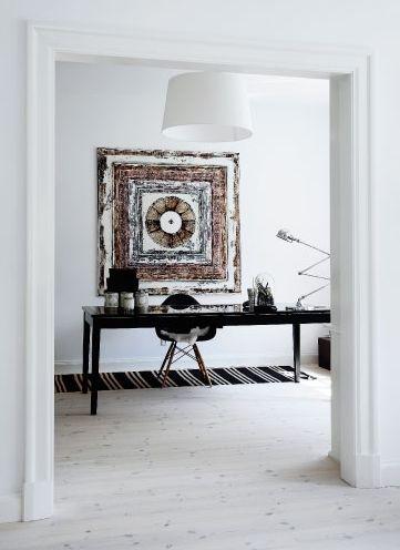 weißes Interior design und coole wandgestaltung mit dem Kunstwerk von Sanne Hjermind