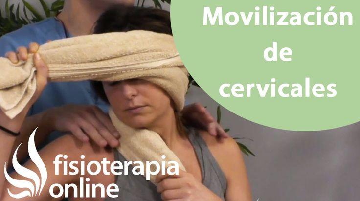 Ejercicio de movilización suave de cervicales con una toalla.
