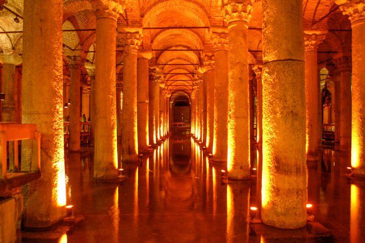 Istanbul: Die Cisterna Basilica, der Wasserspeicher, durch den sich auch schon James Bond rudern ließ. Insgesamt 336 Säulen mit korinthischen Kapitellen gibt es dort, dramatisch beleuchtet © Siegbert Mattheis. http://www.ambiente-mediterran.de/reise-tipps-fuer-istanbul