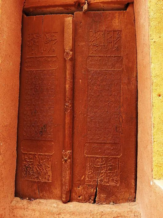 Open your Heart: A pair of carved doors which could be dated during Safavid period ca 17-18th cent AD. The carved doors in Islamic style could indicate the period of the Abyaneh inhabitants opened their ways to Islamic belief. Abyaneh, Natans, April 2017