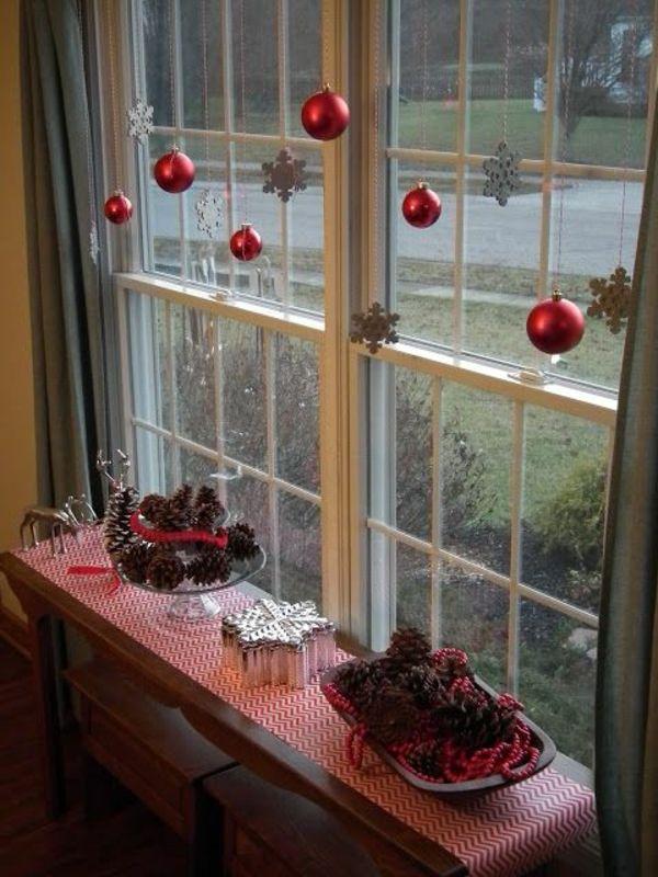 fensterdeko für weihnachen silber schneeflocken rote weihnachtskugelm