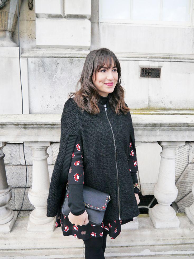 Look da Mandy: vestido estampado Mango, blusa de gola rolê preta, capa sem manga preta, galocha Melissa e bolsa com pedrarias Miu Miu. LFW, Londres