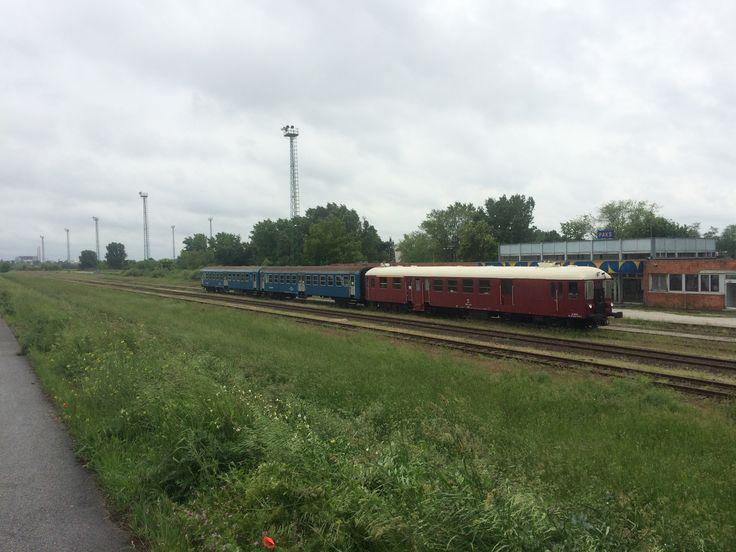 Mezőföld nosztalgia vonat Paks vasútállomáson, háttérben az Atomerőmű... :-D