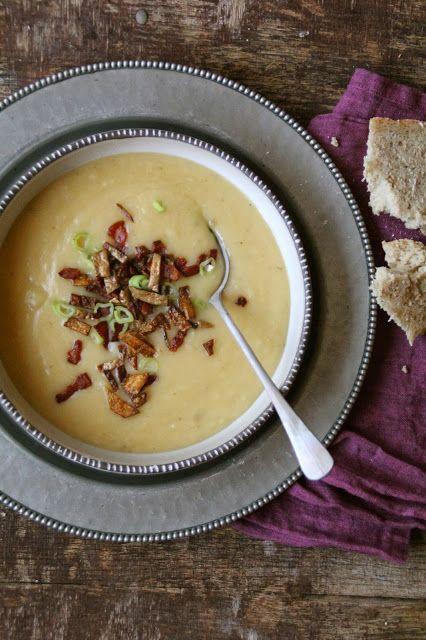 Potetsuppe med sprøstekt bacon og potetchips - Mat på bordet