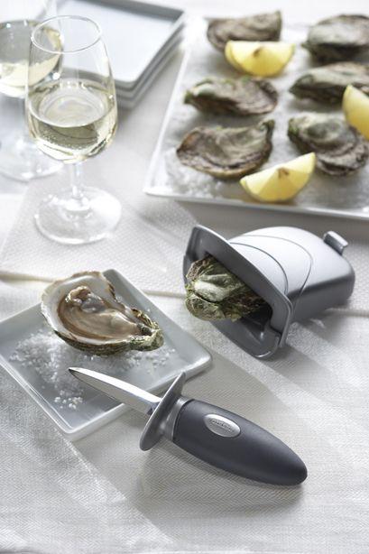 http://www.thekitchenette.fr/ustensiles-de-cuisine-m/Couteaux/Ensemble-%C3%A0-huitres-couteau--%C3%A9tau/4174 Enfin un couteau à huitre et son étau qui vous protège convenablement pendant les fêtes ! #huitres #couteau #mer #trudeau