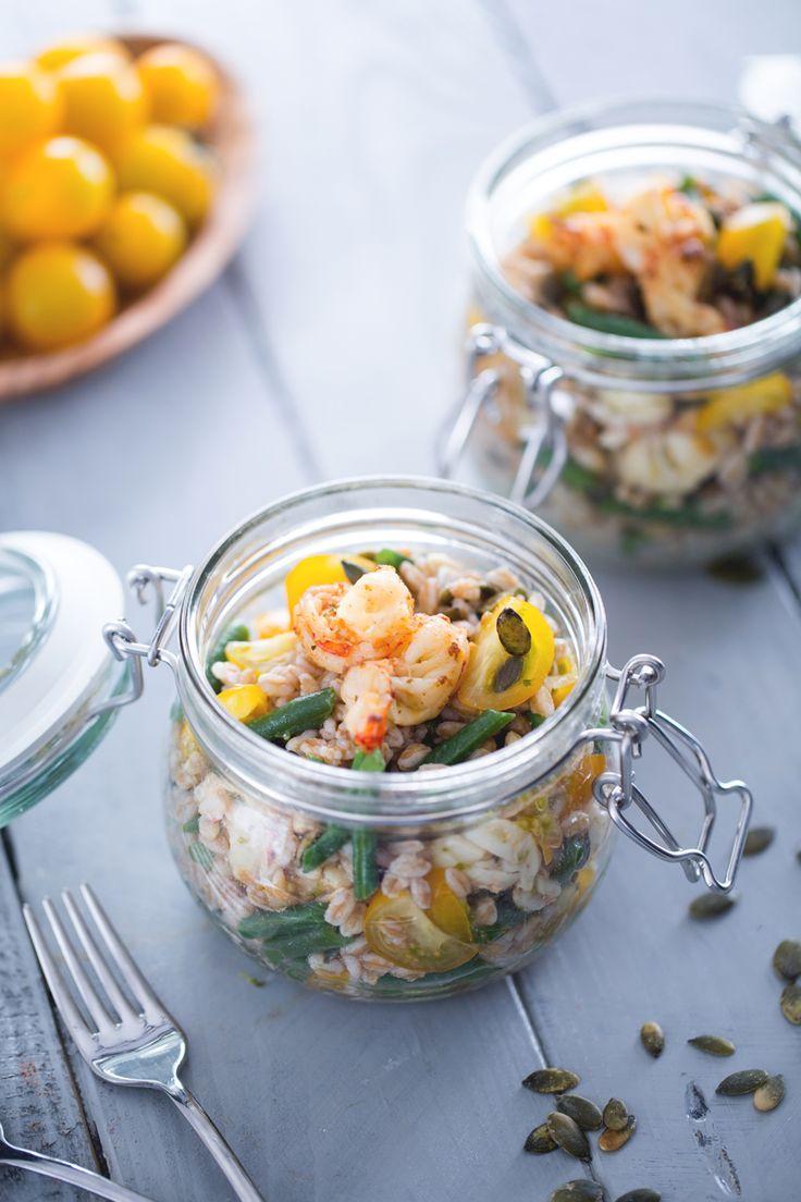 Assaporate l'esplosione di gusti e consistenze dell #'insalata di #farro e #gamberi, un piatto leggero e nutriente per stuzzicare l'appetito anche d'estate! ( #spelt and #shrimp #salad ) #Giallozafferano #recipe #ricetta #jar #summer #fresh