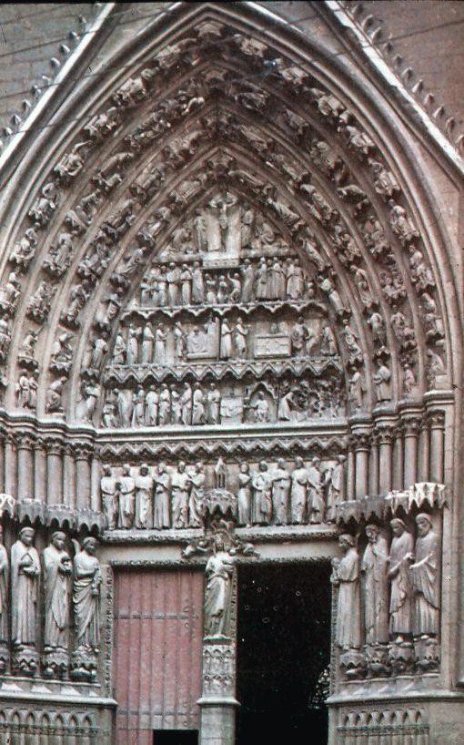 """Notre Dame de Amiens, siglo XIII. Portada meridional dedicada a san Honorato, obispo de la diócesis. En el parteluz se sitúa la escultura de la """"Virgen Dorada"""", por ser esta su policromía original. Su expresión y disposición son indicativos de un nuevo concepto más dinámico y humanizado."""