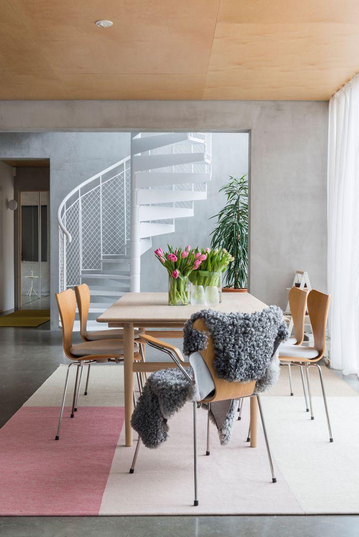 Spisestue med Wegner-stoler i arkitekttegnet bolig