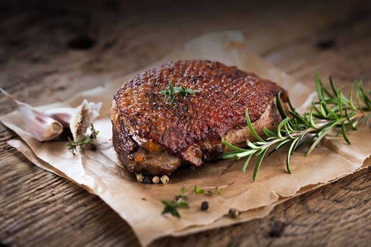 Entenbrust knusprig gebraten. Ein Dilemma! Da schlagen zwei Herzen in so mancher Brust: Wählt man ein leckeres Steak oder eine kross gebratene Ente?
