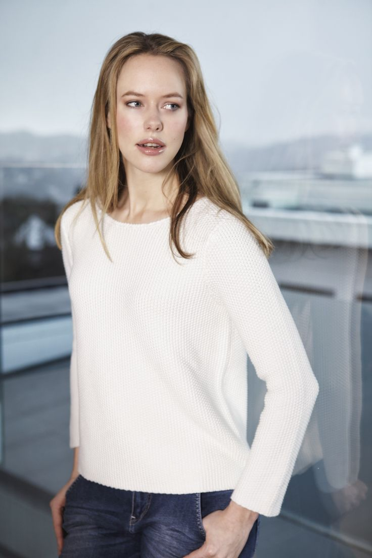 Off white sweater. Tricot - Pearl Knitted sweater with a bow in the back. www.deguy.no