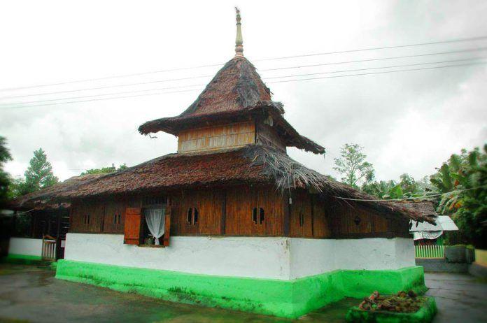 Masjid Wapauwe dibangun oleh Perdana Jamilu, salah satu dari Kelompok Empat Perdana yang menjadi cikal bakal Kerajaan Tanah Hitu.