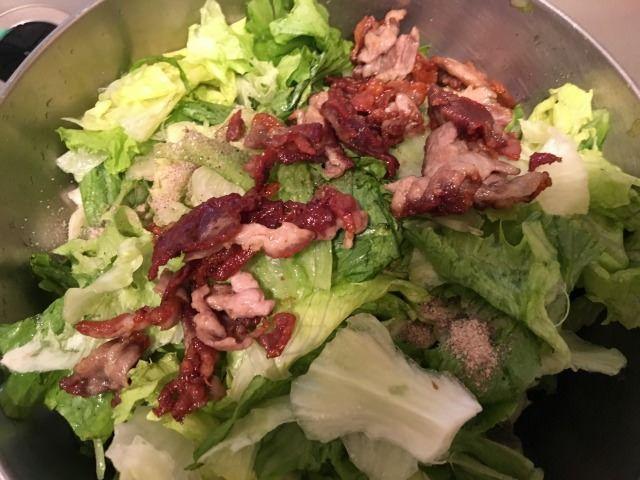 大きなボウルか鍋に、手順1のレタスの水気をよく切って入れ、合わせ調味料、そして手順3の豚肉を油ごと入れます