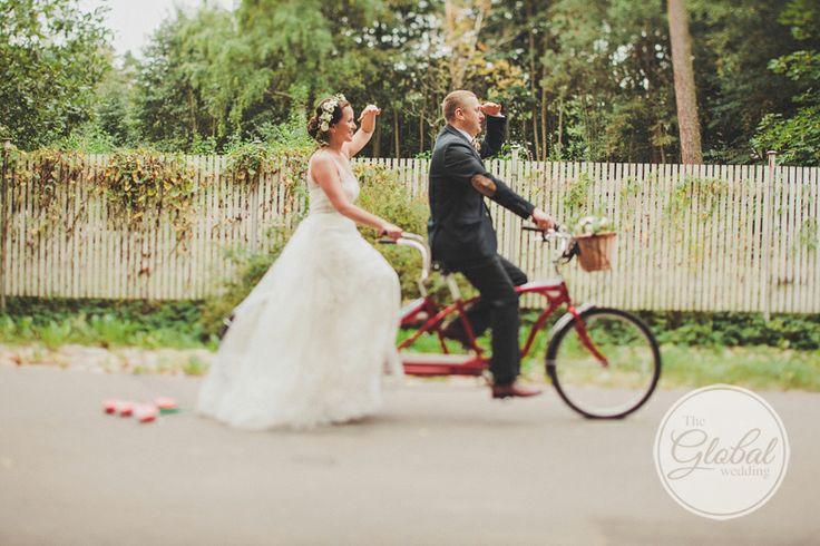 Молодожены на велосипеде.Свадьба в стиле рустик. Эко стиль свадьбы. Свадьба в деревенском стиле. Eco wedding. Rustic wedding. Фотограф Дмитрий Герасимович. #Bicycle