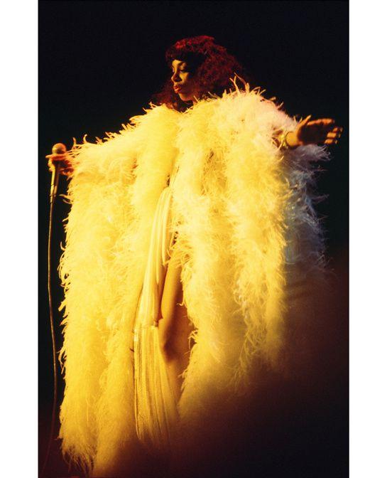 Donna Summer au début des années 70 http://www.vogue.fr/culture/a-ecouter/diaporama/donna-summer-l-hommage-d-emmanuelle-alt-a-la-reine-du-disco/8171/image/528313