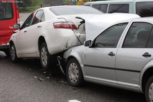 В России чаще всего женщины-водители попадают в аварии из-за попыток накраситься за рулем.