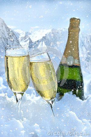 Deux glaces de champagne avec la bouteille dans la neige