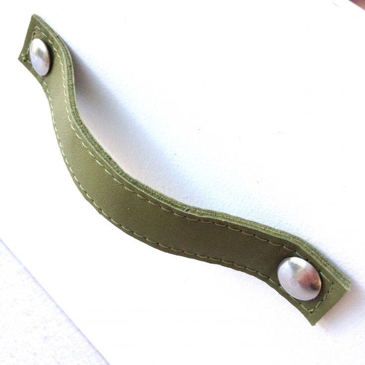 Handgreep leer olijf groen  Leren handgreep voor op een kastdeur of lade!  Afmetingen: 1,8 x 14,4 cm Afmetingen van de bijgeleverde bouten + moeren: M5 x 30mm