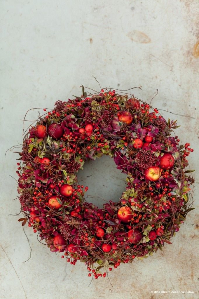 Zita Elze Flowers Autumn / Thanksgiving / Christmas floral wreath with fresh fruit and berries photo: Julian Winslow-l-1488_wm