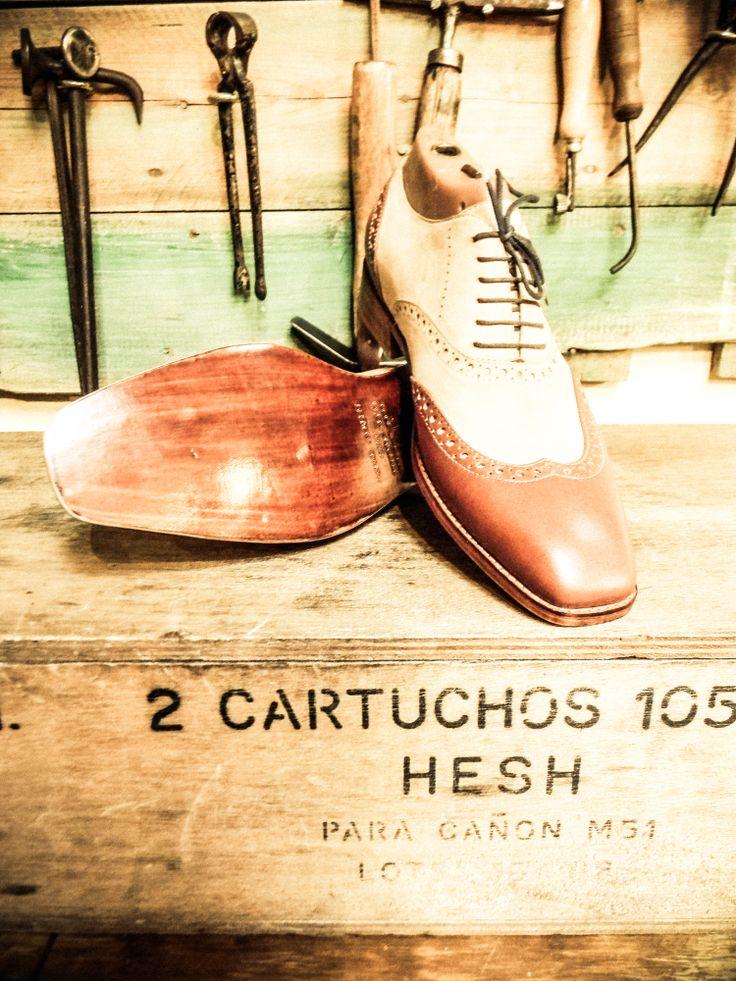 Oxfords en cuero y gamuza par ûnico personalizado para el Sr. Enrique Acuña.