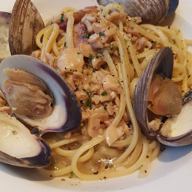Clam Linguine. Steamed littleneck clams, clam meat, lemon zest and double smoked bacon in a shallot garlic white wine sauce. I got this because of the Bacon :) Anniversary Dinner at Diana's Oyster Bar and Grill! And Home just in time for the Blue Jays game. I love my Wife! #anniversary #seafood #clam #linguine #bacon #pasta #bluejays #baseball #restaurant #toronto #eats #mmmmm #food #igfood #cheflife #tofood #toreats #torontofood #tastyfood #6ix #6ixside  Yummery - best recipes. Follow Us…