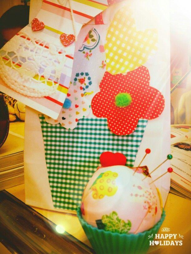 Dia da Mãe  Alfineteira cupcake,  vestido às riscas e saquinho decorado com flores ee tecido. .. um mimo.