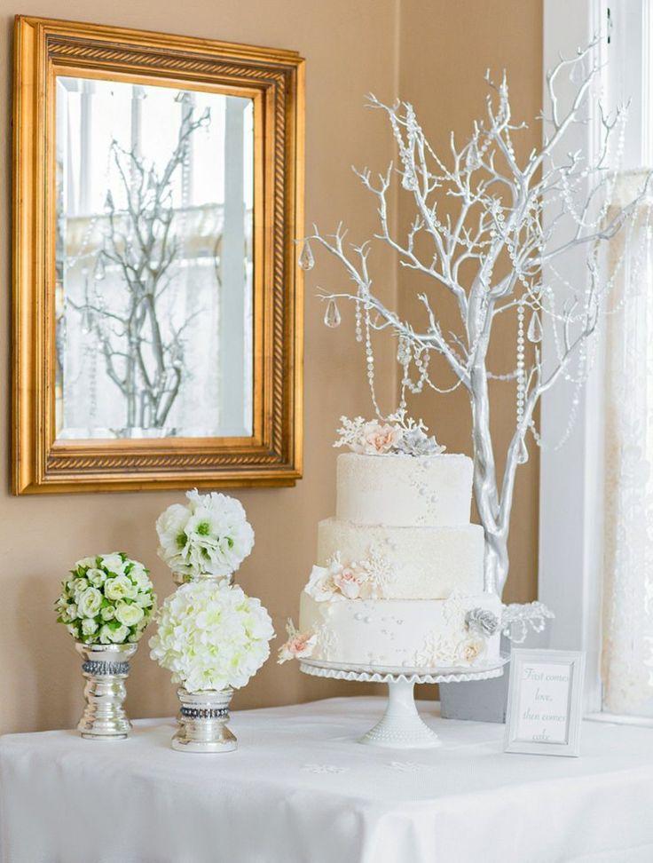"""thème de mariage """"La Reine des Neiges"""" : gâteau de mariage à trois étages et déco en branchages décoratifs"""