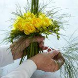 Mangler du fin påskepynt til påskefrokostbordet, så bind denne dobbelte buket af knaldgule blomster og lade den lyse op på påskebordet.