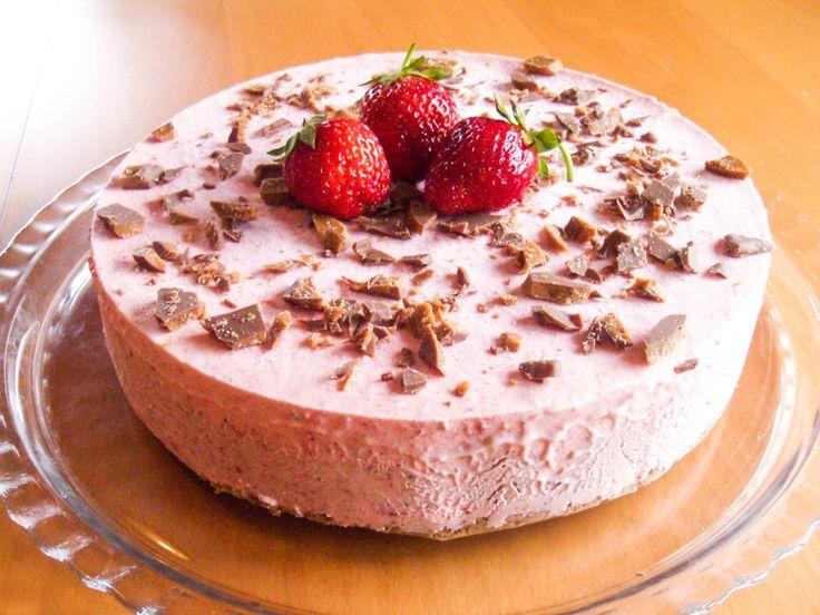 Hva passer vel bedre å lage på sommeren enn en deilig iskake? Denne er basert på hjemmelaget jordbæriskrem. Daim gir herlig smak av sjokolade og karamell.