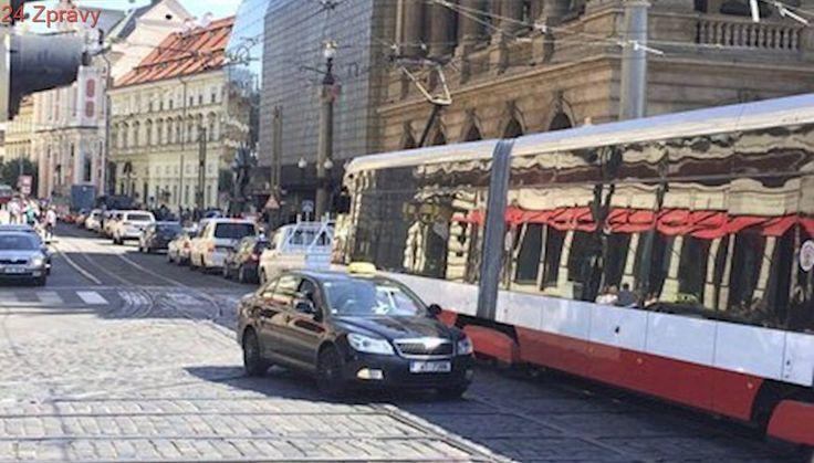 Doprava v centru Prahy zkolabovala: Tramvaje a auta ucpala okolí Národního divadla